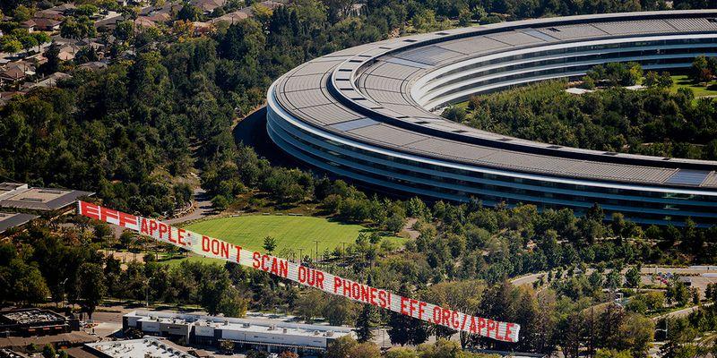 بنر اعتراضی بنیاد مرزهای الکترونیکی برفراز اپل پارک: گوشیهای ما را اسکن نکنید!