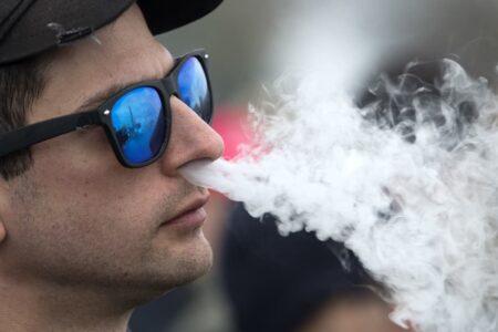 آمریکا برای اولین بار به یک سیگار الکترونیکی مجوز فروش داد