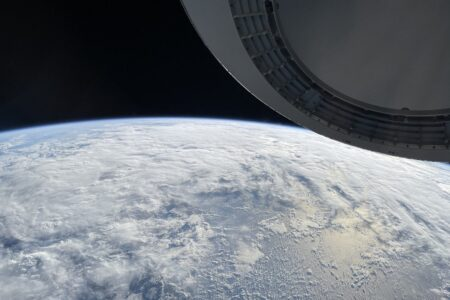 انتشار تصویری از فضا که توسط مسافر ماموریت Inspiration4 با آیفون ۱۲ گرفته شده است